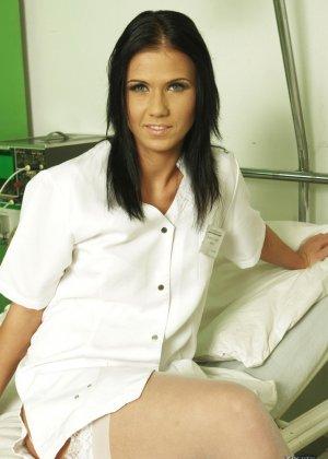 Медсестра сосет хуй у лежачего пациента - фото 7