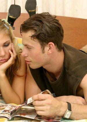 Молодая пара занимается жарким сексом, совсем забывая о камерах – они слишком увлечены друг другом - фото 7