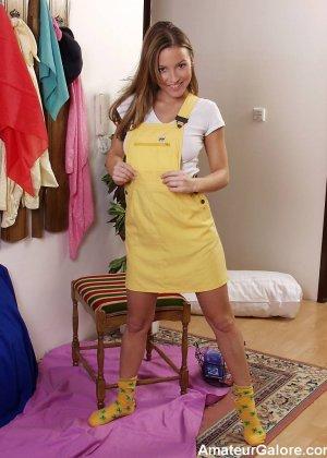 Забавная девка показывает хорошие сиськи и пизду - фото 10