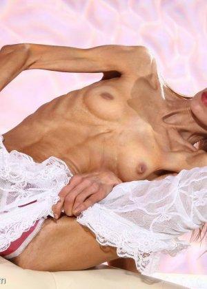 Очень худая балерина Ирина, позирует в белом нижнем белье и зачем-то показывает свою грудь - фото 13