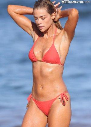 Дэнис Ричардс – красивая модель, которая показывает свое тело в бикини, не замечая фотографов - фото 4