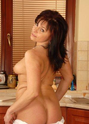 40-летняя дама показывает свою небритую и развороченную пизду - фото 3