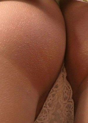 Девушка смазывает пизду маслом и засовывает внутрь гинекологический расширитель, чтобы показать свою щель крупным планом - фото 9