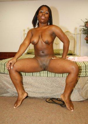 Пара темнокожих увлеченно трахается в гостинице, жопастая негритянка хочет быть сверху - фото 8