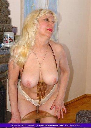 Русская пожилая женщина снимает чулки и остается в трусах - фото 7