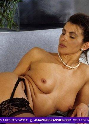 Зрелая дамочка показывает без стеснения свое тело, позволяя наслаждаться каждым сантиметром - фото 4
