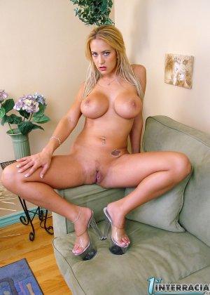 Негр худую сисястую блондинку отымел в рот и пизду своим черным шлангом, дать в жопу она не решилась - фото 13