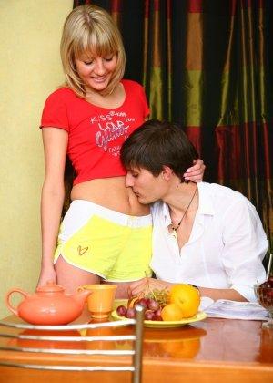 Красивая блондинка соблазняет парня прямо на кухне и позволяет потрахать себя в тугое анальное отверстие - фото 9