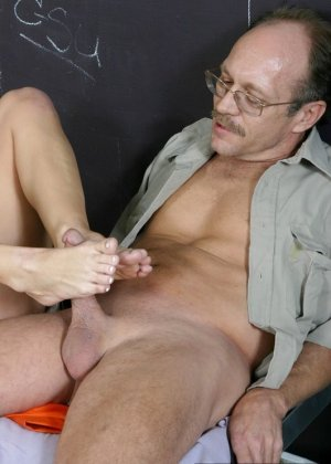 Джессика Ди дала полизать свои пальцы ног мужчине, а потом подрочила ему хуй своими ступнями - фото 3
