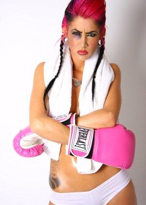 Диана в боксерских перчатках - фото 1