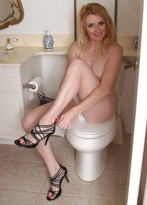 Сексуальная и зрелая блондинка позирует обнаженной на унитазе - фото 13