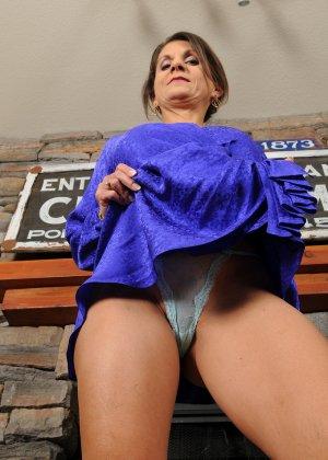 Женщина 48 лет без стеснения показывает свою дырявую и волосатую пизду - фото 11