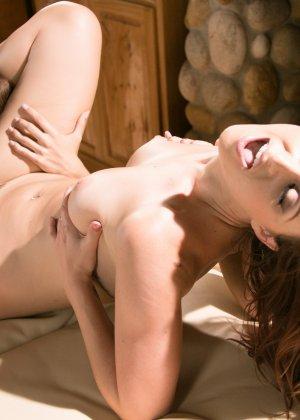 Девушки начинают с массажа, а затем переключаются на взаимные лесбийские игры – они знают толк в ласках - фото 2