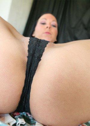 Сексуальная брюнетка хвастается своей попкой, показывая ее со всех сторон – ей есть чем потрясти - фото 9