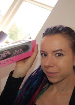 Алиша собирается тыкнуть, в свою волосатую промежность, черный дилдо - фото 9