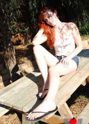 Рыжая голая девушка на прогулку надевает короткие шорты, она надеется, что их снимет сексуальный парень пикаппер - фото 10