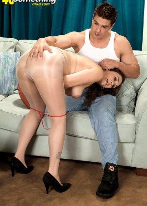 Зрелая дамочка соблазняет молодого парня, а он показывает ей класс в анальном сексе и не только - фото 13