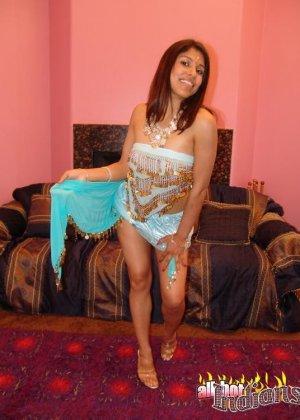 Привлекательная индианка раздевается, показывая голые сиськи - фото 14