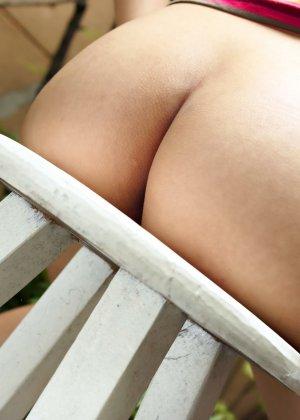 Микико Тойо показывает небольшую грудь и мохнатый лобок в лесной парке - фото 14