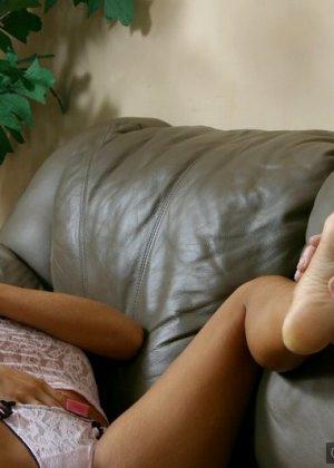 Долго целовал пальцы ног красавицы и она отблагодарила мужика дрочкой - фото 9