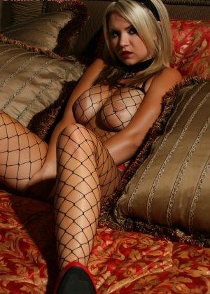 Сексуальная блондинка в сетке на всем теле демонстрирует свою красивую фигурку и балуясь с собой - фото 8