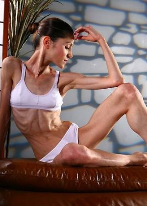Худая балерина демонстрирует свою гибкость - фото 11