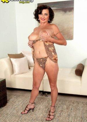 Соло Синди Стар,  зрелая домохозяйка с большими сиськами крутит свои тугие соски и ложится на белый диван - фото 14