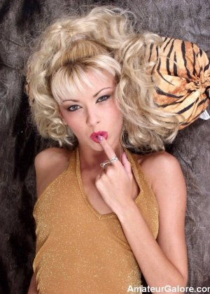 Блондинка с длинными волосами позирует со своей мягкой игрушкой - фото 10