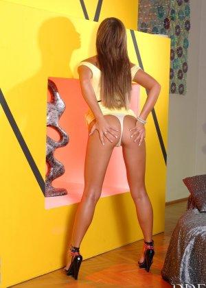 Натали Форрест показывает свое шикарное тело, вставляя в свою гладкую киску дилдо и получая удовольствие - фото 9