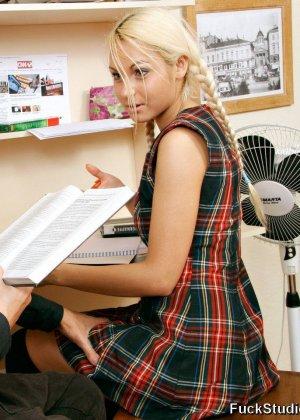 Скучные уроки заканчиваются минетом и страстным анальным сексом, блондинка задрала юбку, чтоб было удобнее ее трахать - фото 9