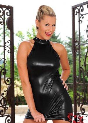 Сандра Хилл приподняла короткое платье и трахнула себя большим черным дилдо - фото 8