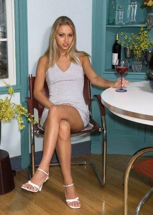Адель – сексуальная блондинка, которая балуется с бананом, показывая свое стройное тело без одежды - фото 7
