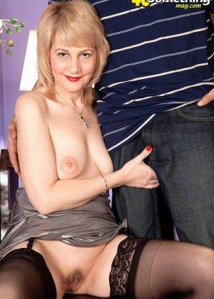 Зрелая блондинка приласкала соседа, который пришел после работы, мужчина очень устал, но от секса не отказался - фото 4