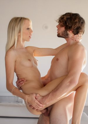 Худая Сиера Невада сосет, получает выстрел спермы в рот, также лицо и грудь, она довольна камшотом - фото 3