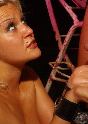 Лили Спайдер подвергается анальным пыткам, любитель бдсм привязывает телку и ебет ее в анал хуем и пальцами - фото 10