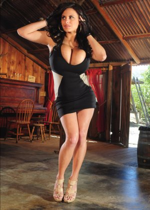 Очень сисястая Венди в коротком платье наклоняется и уже этим возбуждает зрителей, ее дойки просто нереально большие - фото 9