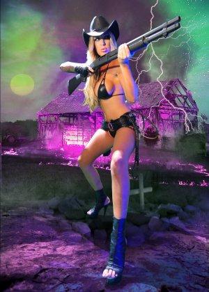 Меган Дэниэлс позирует с пистолетом и ружьем - фото 11