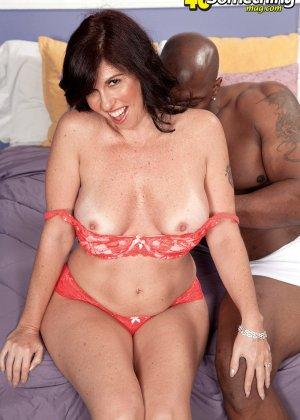 Пышная дамочка развлекается с темнокожим мужчиной, соблазняя его своими формами и темпераментом - фото 2