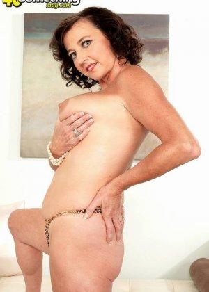 Соло Синди Стар,  зрелая домохозяйка с большими сиськами крутит свои тугие соски и ложится на белый диван - фото 4