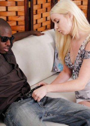 Блондинка нашла на улице негра для секса - фото 10