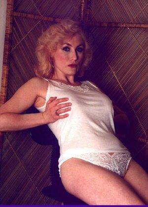 Пожилая грудастая блондинка раздевается до гола, иногда сжимая свои сиськи - фото 8