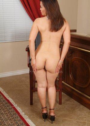 Зрелая азиатка элегантно приподнимает платье и показывает себя - фото 6