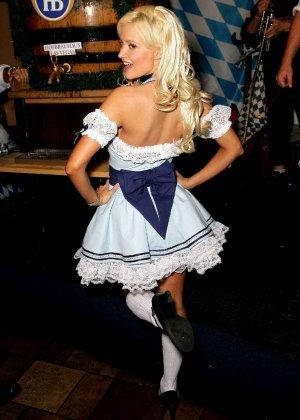 Знаменитость Холли Мэдисон выставляет напоказ свои красивые стройные ноги и носит платья с глубоким вырезом на сиськах - фото 10