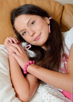 Анжела использует игрушки во время траха с парнем, когда он имеет ее в жопу, телка стимулирует клитор - фото 8