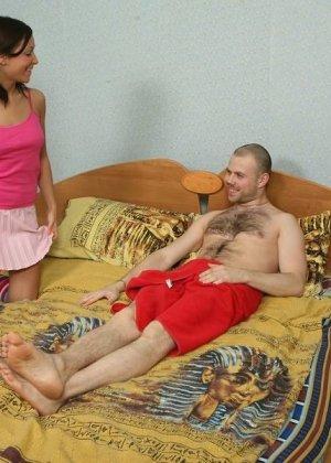 Девушка с косичками возбудилась от волосатой груди парня и дала ему - фото 8