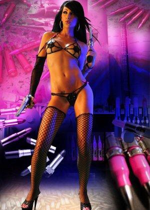 Мисс Чаллис на откровенных фото в белье, чулках и высоких каблуках выглядит просто супер, а с пистолетом еще и опасно - фото 11