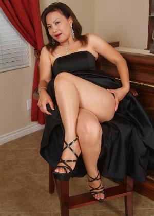 Зрелая азиатка элегантно приподнимает платье и показывает себя - фото 11