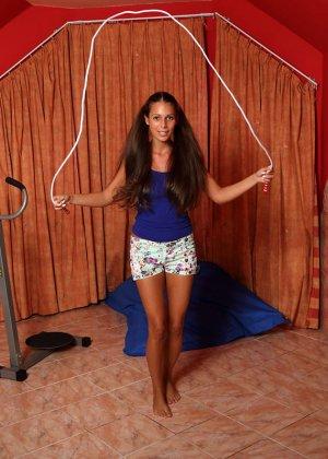 Лия Тейлор показывает, как она обращается со скакалкой и как приятны для нее прищепки на пизде - фото 7