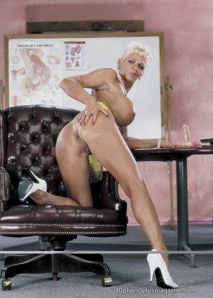 Сисястая матюрка сексуально показывает свое знойное тело - фото 1