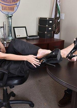 Кристианна Синн играет плохого полицейского, которого можно удовлетворить, если облизать пальцы ног, трахнуть и кончить на ступни - фото 9